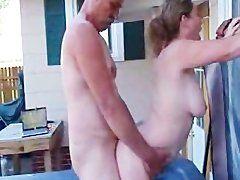 Älteres Ehepaar beim Fick im Whirlpool